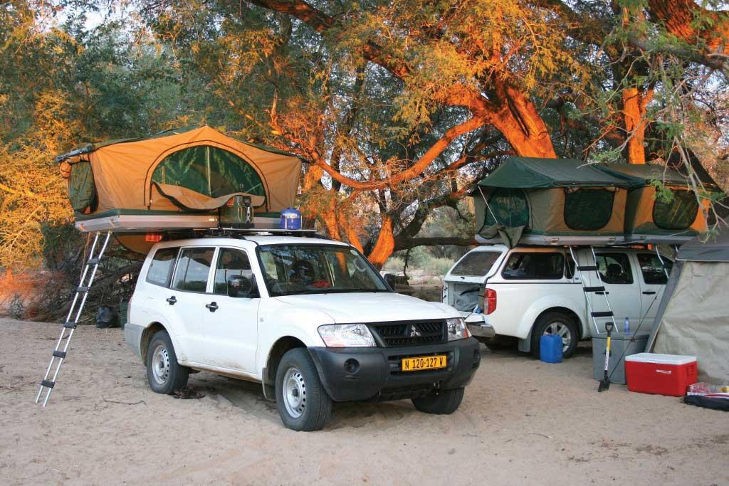 Im Geländewagen die beste Afrika Reisezeit erleben mit Dachzelt unterm Baum schlafen
