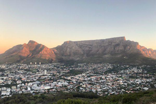 Reisezeit Herbst: Blick auf den Tafelberg in Kapstadt im Abendrot
