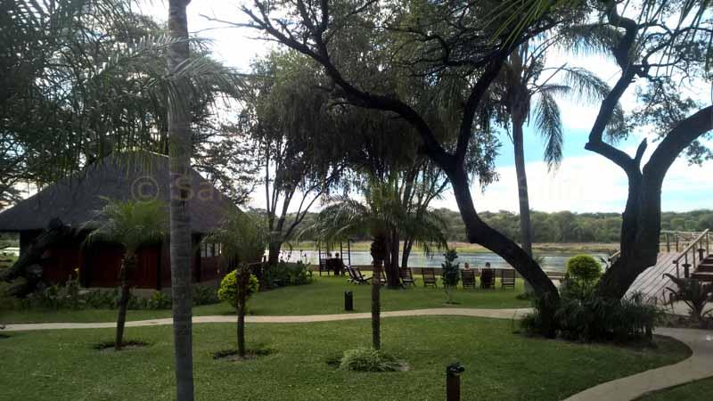 Hakusembe River Lodge bietet Ihnen Unterkünfte, ein Restaurant, einen Außenpool