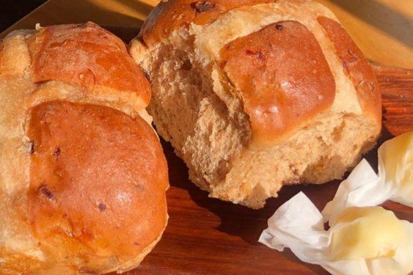 Frischgebackene Milchbrötchen mit Butterbonbons zum Frühstück im Le Pommier