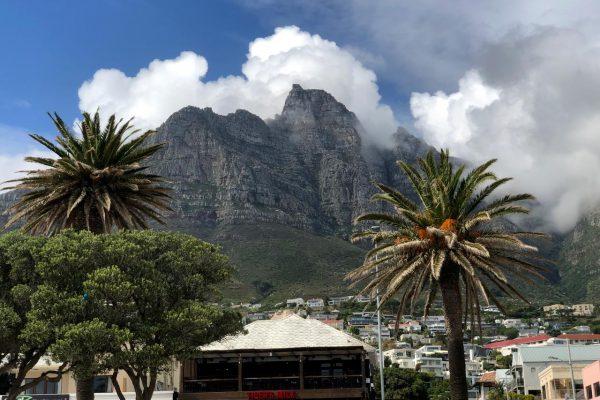 Blick auf die Rückseite des Tafelberg von Camps Bay