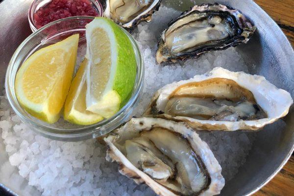 Austern in Knysna mit Zitronen und Essig Zwiebeln