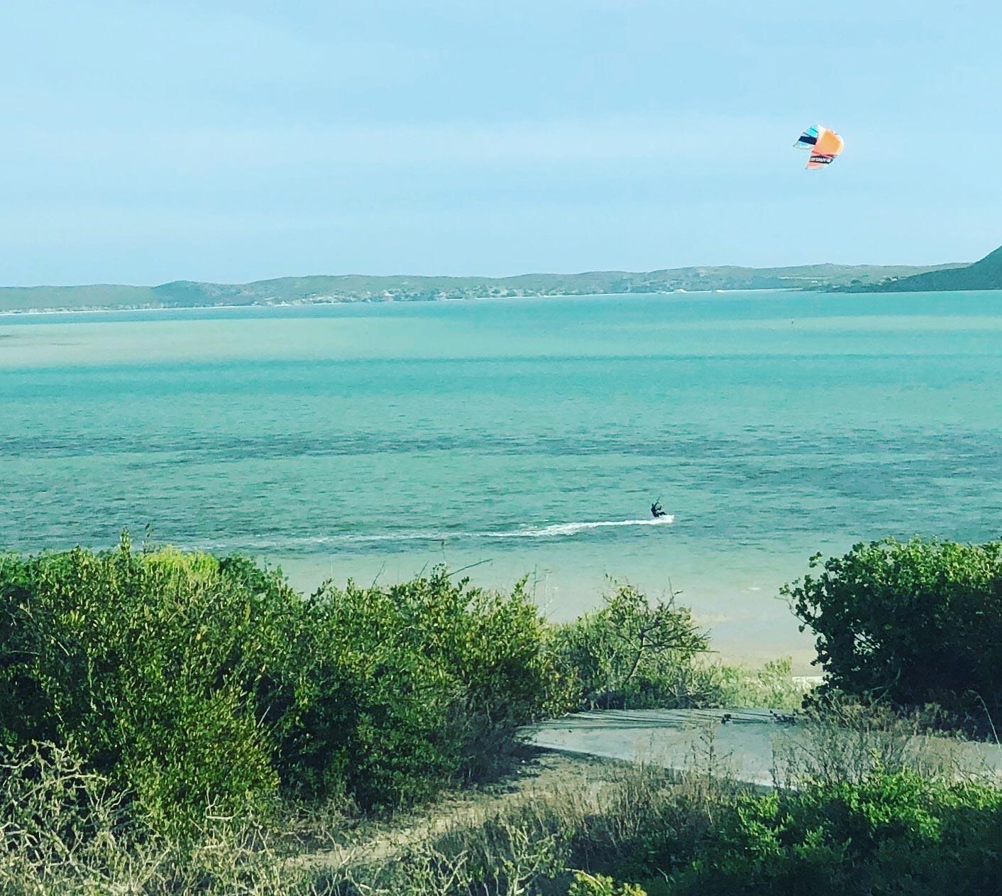 Kitesurfer in der Shark Bay bei Langebaan