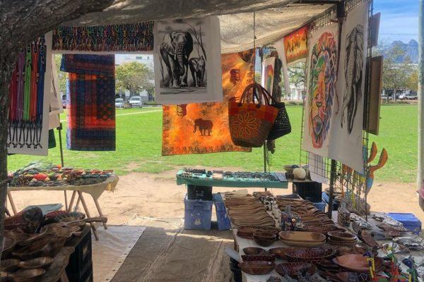 In Stellenbosch auf dem Marktplatz werden Bilder mit Tieren verkauft