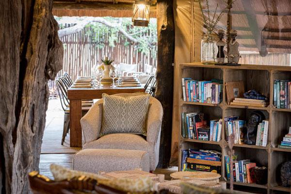 Großzügige Bibliothek im Afrika on foot Hotel