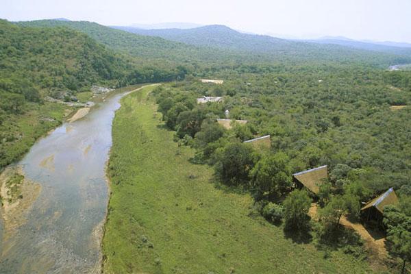 Luftaufnahme der Amakhosi Lodge am Fluss