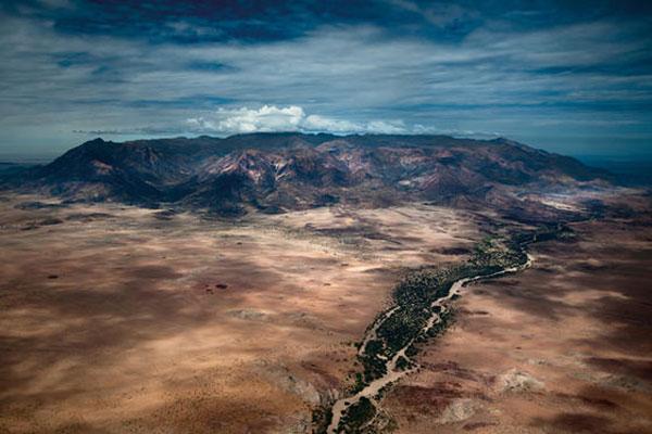 Beindruckende Luftaufnahme der Brandberg Region im Damaraland Namibia