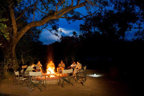 Lagerfeuer im Safari Camp