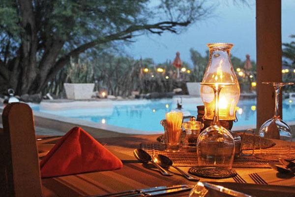 Nach der wilden Reise genießt man am Pool ein Glas Wein
