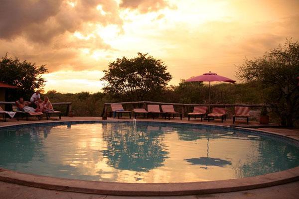 Auf der Mopane Lodgein Namibia bei Sonnenuntergan