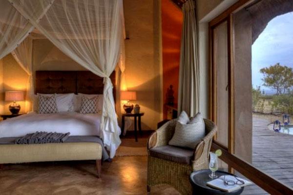 Schlafzimmer mit Terasse in der Rhulani Lodge