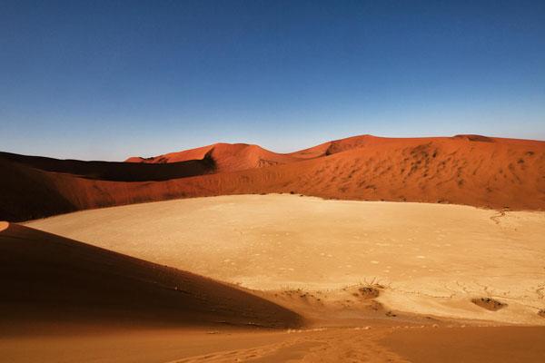 Die Wüste in Sossuvlei in Namibia unter blauem Himmel