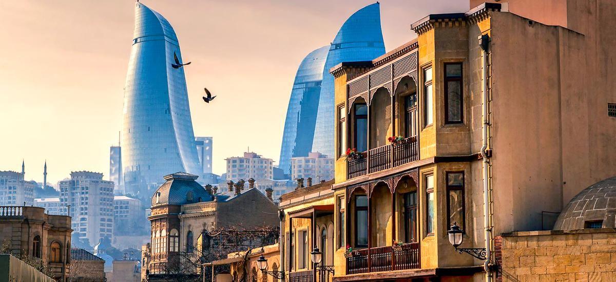 Armenien im Kaukasus Altstadt Baku und Wolkenkratzer