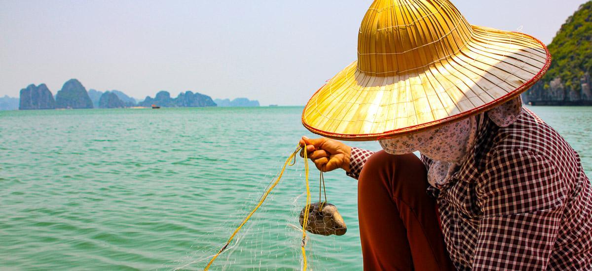 Eine Fischerin in Vietnam in der Halong Bucht