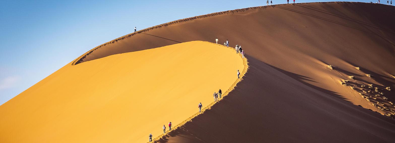 Urlauber wandern in der Namib Wüste